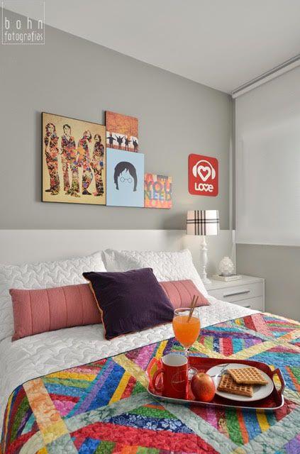 quadros dos Beatles em quarto de casal