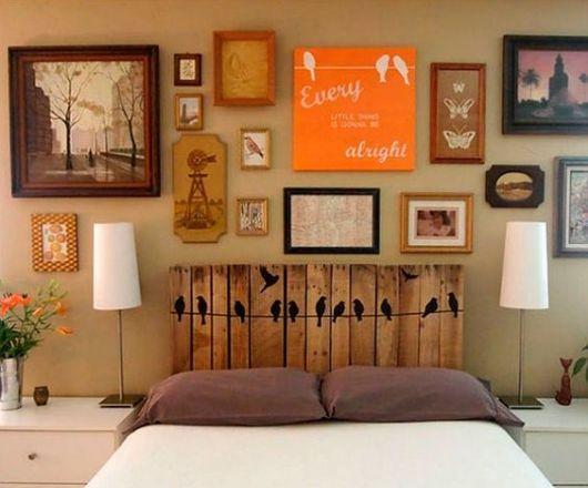 quadros de passarinhos e borboletas em quarto de casal