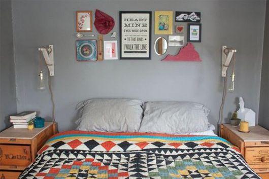 quadros e espelhos sobre cama de casal