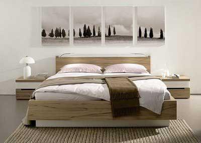 quadros de paisagem em sequência sobre cama de casal
