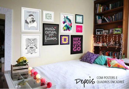 quadros com frases coloridos em parede lateral de cama de casal