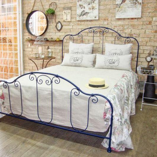 quadros para quarto de casal com parede de tijolos