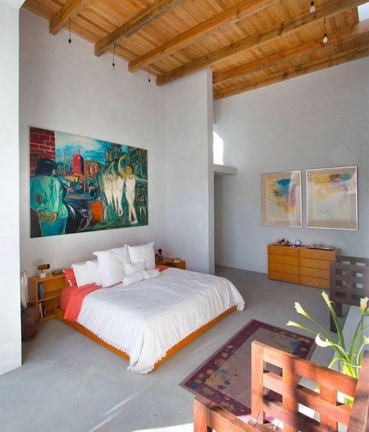 quadro grande colorido em quarto de casal branco