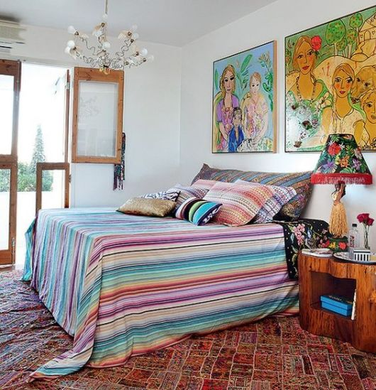 quadros grandes e coloridos em quarto de casal