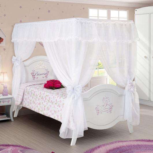 cama branca com dossel