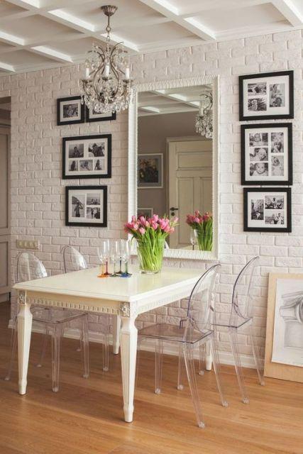 sala de jantar com cadeira de acrílico