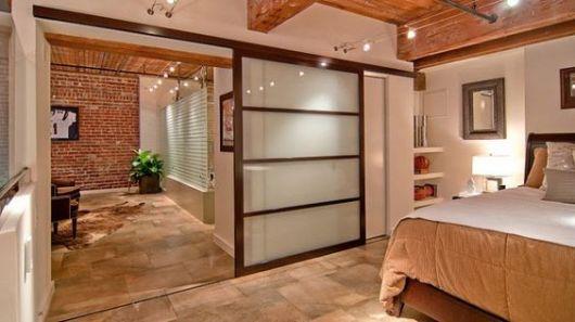 quarto com porta de vidro