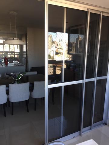 sala de jantar com porta fumê