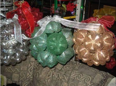 Bolas de enfeite verde, prata e dourada, feitas com garrafa pet.
