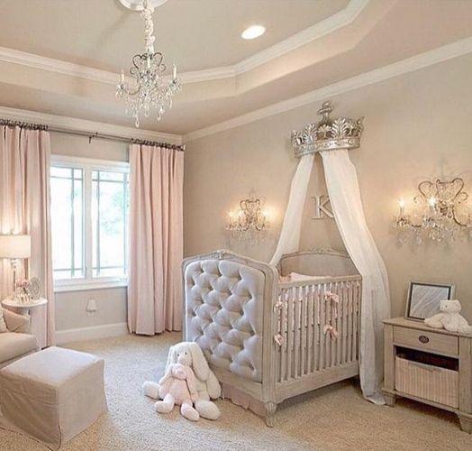 Quarto de bebê com tons pasteis e cortina rosa claro.