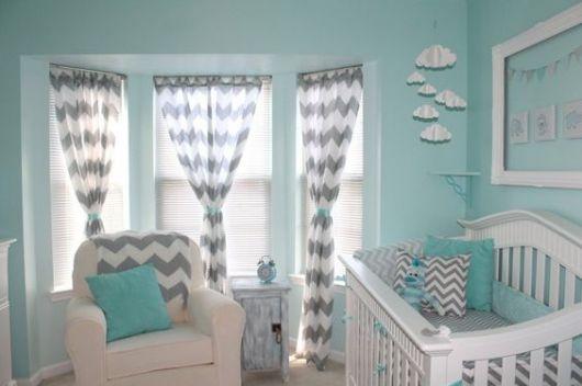 Quarto com paredes verde água e cortinas listradas com cinza.