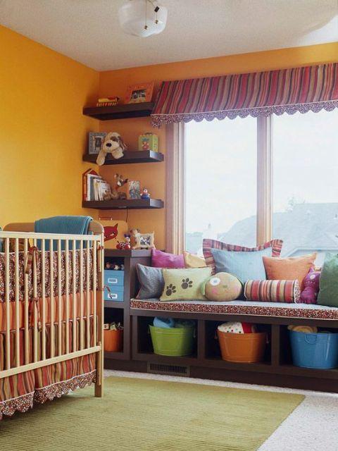 Quarto de bebê com paredes laranjas.