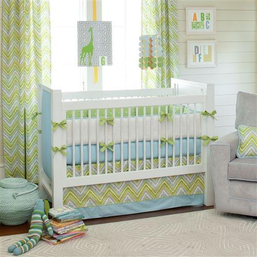 Quarto com cortinas verdes e conjunto do berço em azul e verde.