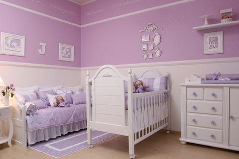 Quarto com parede e roupa de cama lilás.