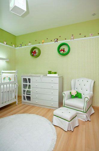 Quarto com móveis brancos e paredes verdes.
