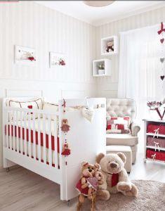 Quarto com paredes, cortina e móveis brancos. Elementos decorativos em vermelho.