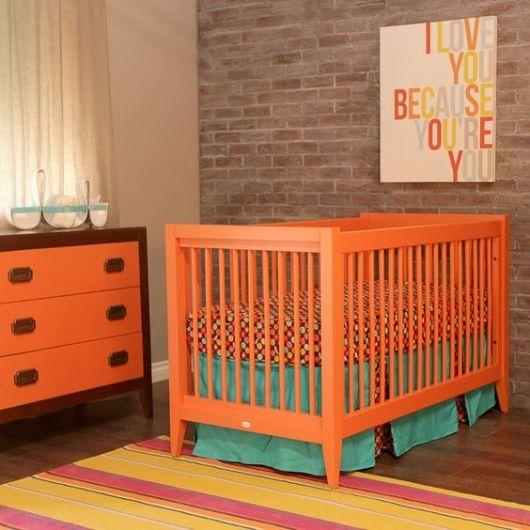 Quarto com paredes neutras e mobília laranja.