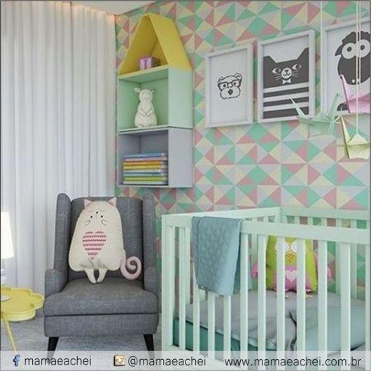 quarto com parede colorida, com azul, verde e rosa.