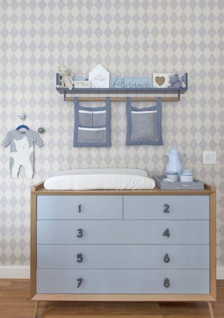Quarto com parede, móveis e objetos decorativos azuis.