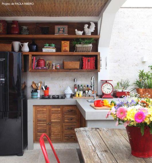 cozinha externa com balcão que se estende para fora