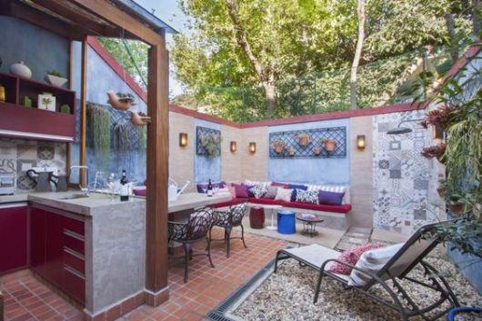 cozinha externa com mesa e área de convivência separadas