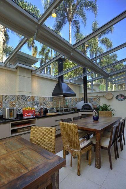 cozinha externa com teto de vidro