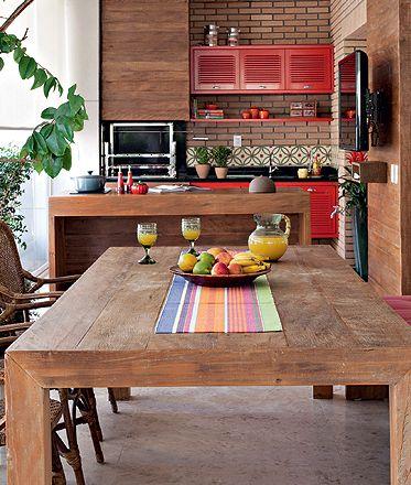 cozinha externa de madeira com armários vermelhos