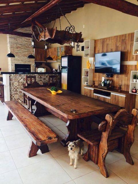 cozinha externa de madeira com azulejos coloridos no balcão