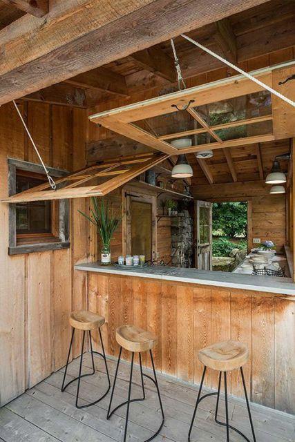 cozinha externa de madeira com janelas móveis