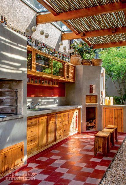 cozinha externa com teto vazado e churrasqueira