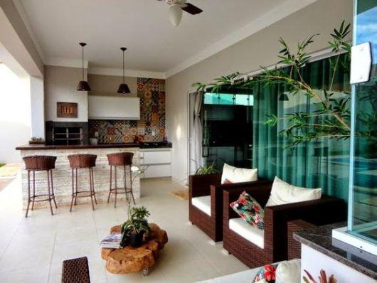 cozinha externa com sala de estar e parede de azulejos coloridos
