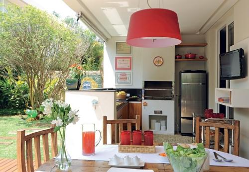 cozinha externa simples com luminária vermelha