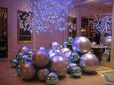 decoração de Natal com bolas prateadas para lojas