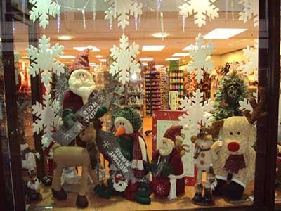 decoração de Natal com boneco e flocos de neve em vitrine de loja