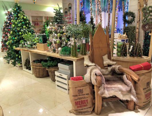 decoração de Natal com cadeira de Papai Noel em loja