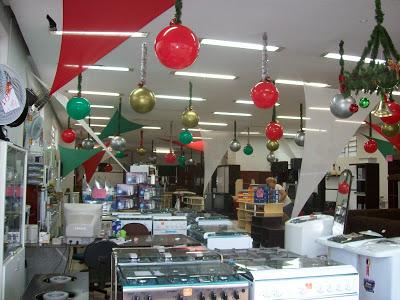balões em formato de bolas de árvore de Natal em loja