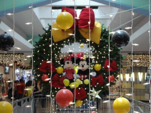 arco natalino com michey e minnie em loja