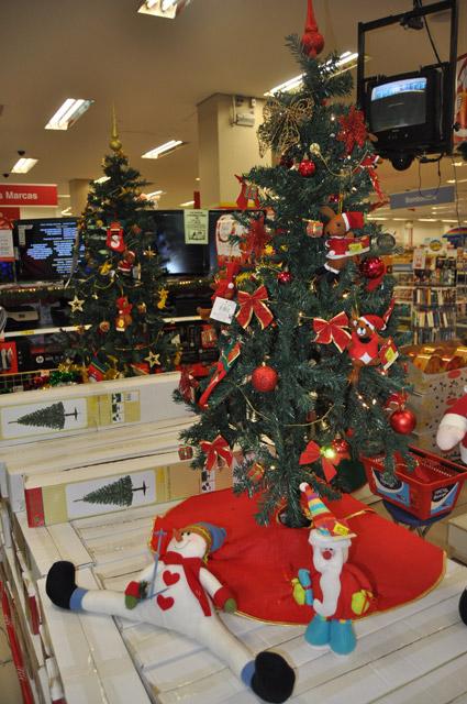 árvore de Natal em miniatura em prateleira de loja
