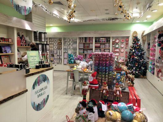 árvore de Natal em fundo de loja