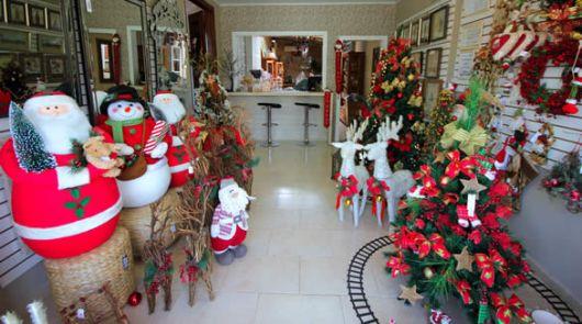 decoração de natal para lojas com bonecos de neve, rena e árvore de natal