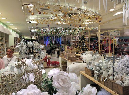 decoração de Natal dourada em loja de decoração