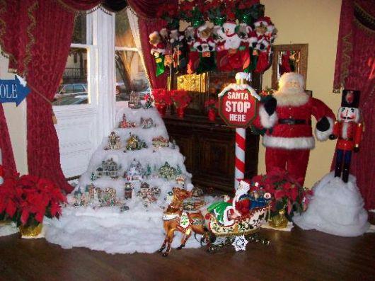 decoração de Natal para lojas com neve falsa e Papai Noel