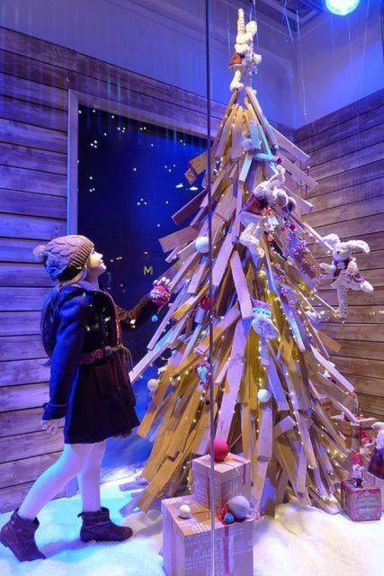 decoração de Natal com árvore de madeira em vitrine de loja