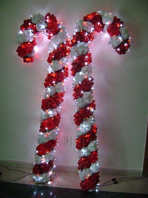 Bengalas brancas e vermelhas, feitas com garrafas pet e com luz pisca-pisca.
