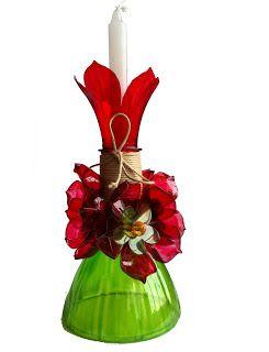 Porta vela com parte de cima de garrafa pet e outros enfeites.