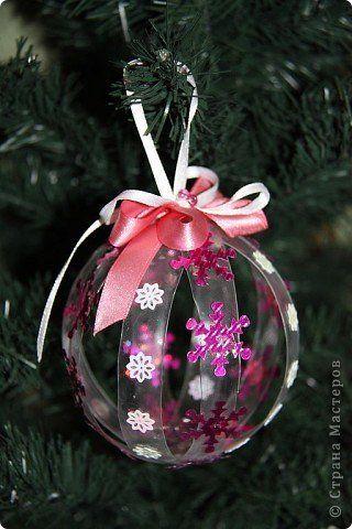 Enfeite de Árvore de Natal em formato de bola, feita com garrafa pet.
