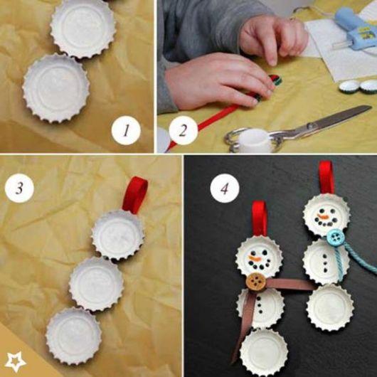 Boneco de neve feito com tampinhas de garrafa.