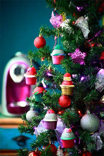Enfeites de árvore de Natal feitos com cápsulas de café.