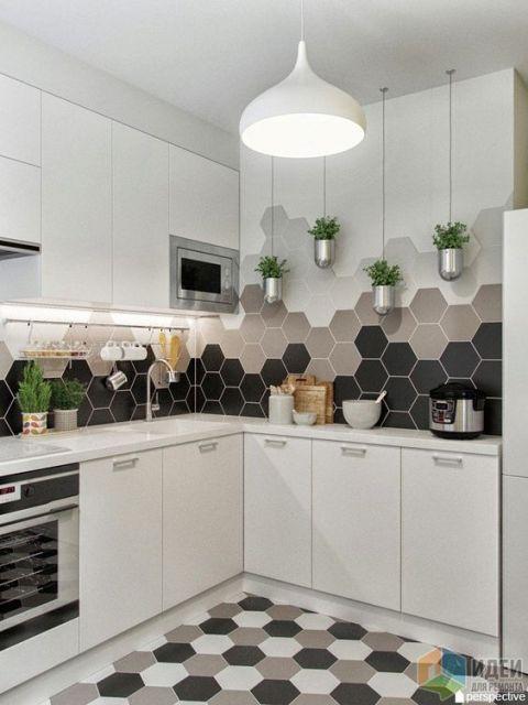 Cozinha branca com papel de parede com hexágonos pretos, beges e cinzas.