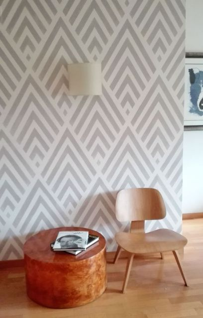 Papel de parede geométrico cinza, composto por linhas.